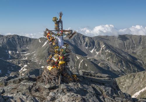 Les fagots de la Trobada au sommet du Canigó en attendant la régénération de la flamme / M. CASTILLO/CD66
