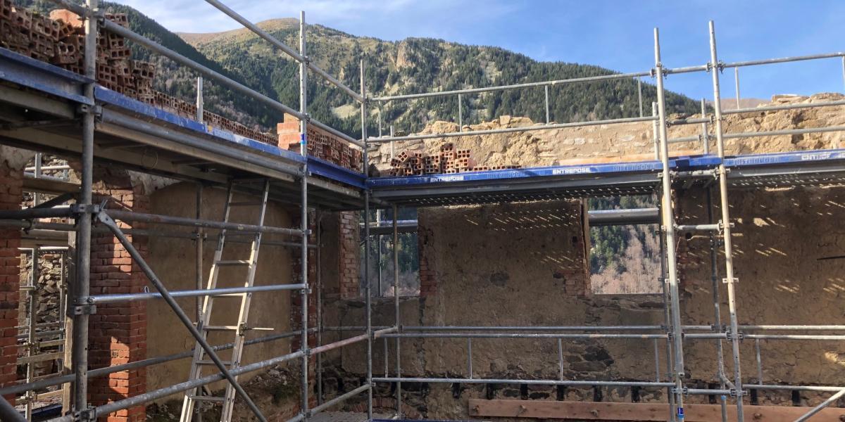 Les échaffaudages vont permettre de consolider les bâtiments / Canigó Grand Site