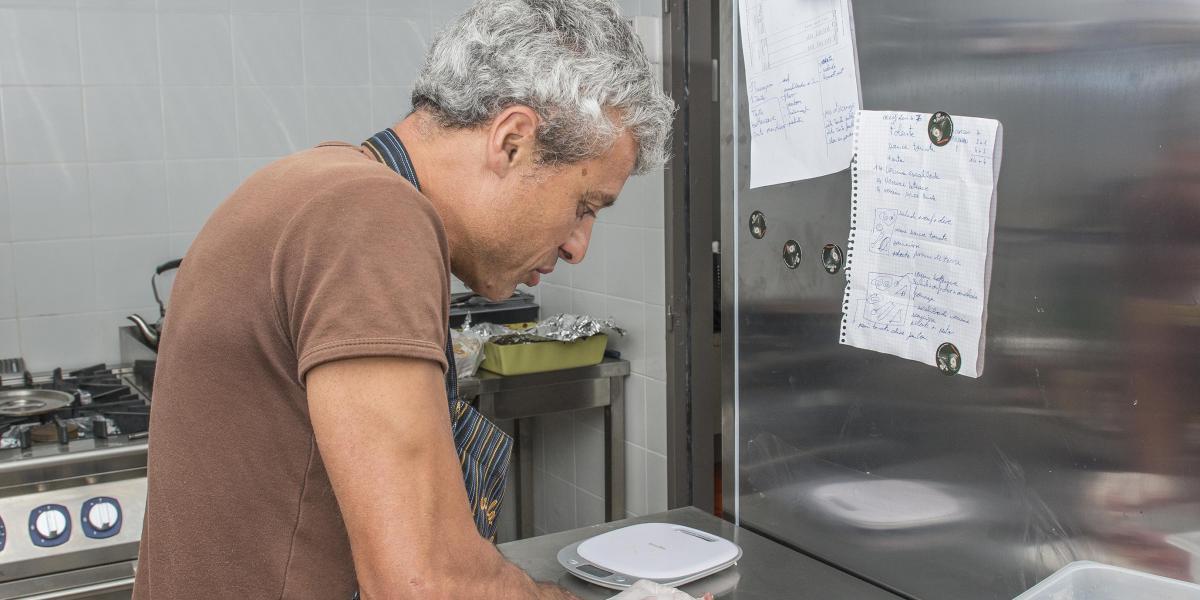 Stéphane, gardien du refuge de Sant Guillem, en cuisine / Michel CASTILLO-CD66