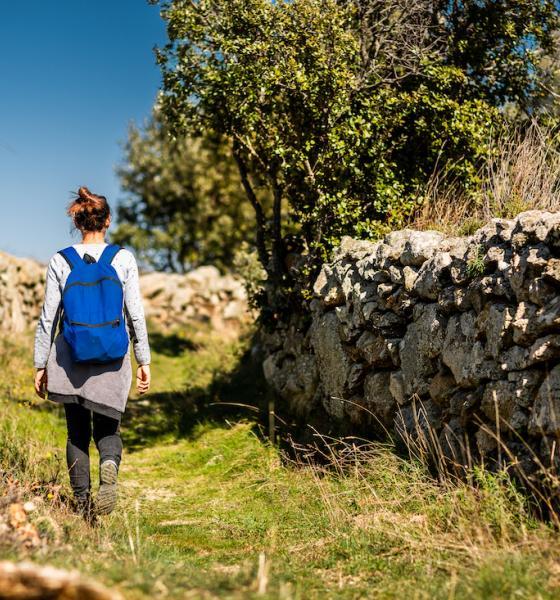 De magnifiques murets en pierre sèche guident le.a randonneur.euse / JC MILHET