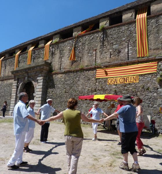 La sardane, danse traditionnelle catalane, devant les remparts de Villefranche de Conflent / SMCGS